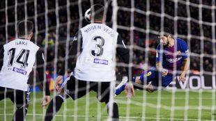 Suárez remata a puerta en uno de los choques de la temporada pasada.