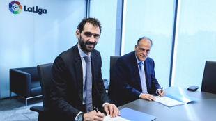 Jorge Garbajosa (FEB) y Javier Tebas (LaLiga) durante la firma del...