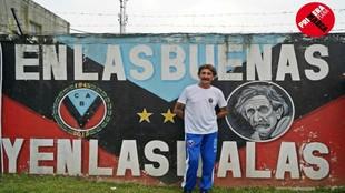 Pablo Vicó posa ante un mural del club en el que aparece su imagen.