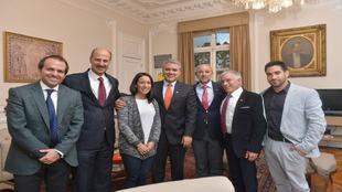 El presidente de Colombia, en el centro junto a Mariana Pajón,...