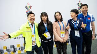 El equipo chino celebra la victoria.