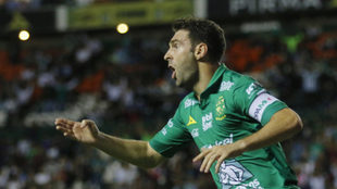 Boselli festeja un tanto en el Estadio de León.
