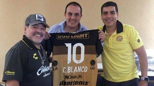 Cuauhtémoc Blanco posa junto a Maradona y la camiseta de los Dorados