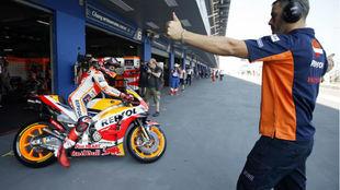 Javi Ortiz da el OK a Márquez para que salga a pista en Buriram.