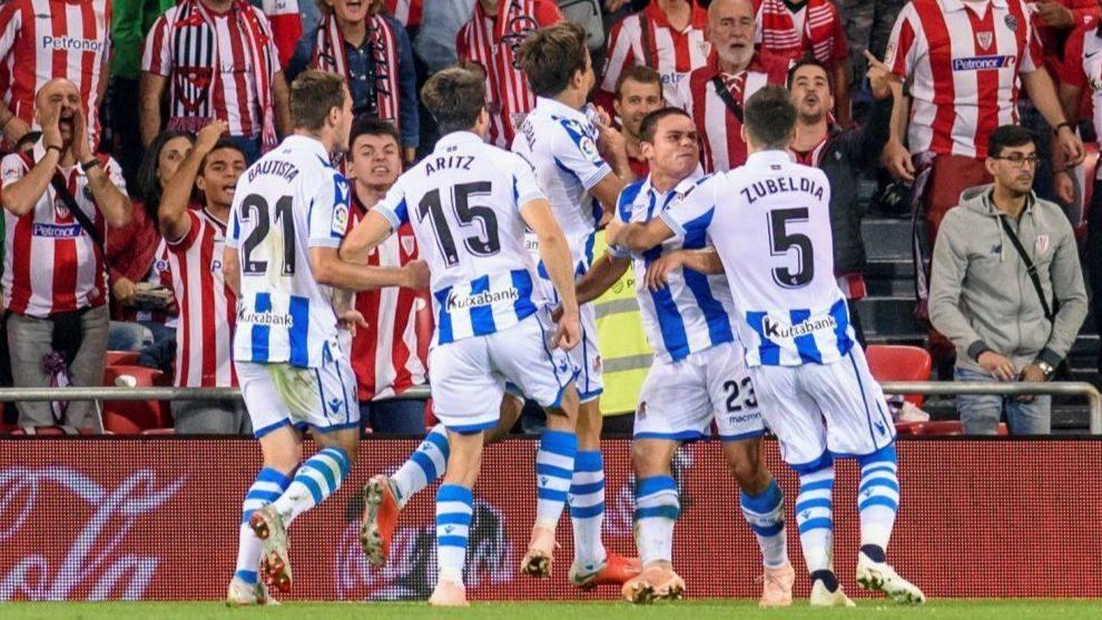 Los jugadores de la Real Sociedad celebran el primer gol de Mikel...