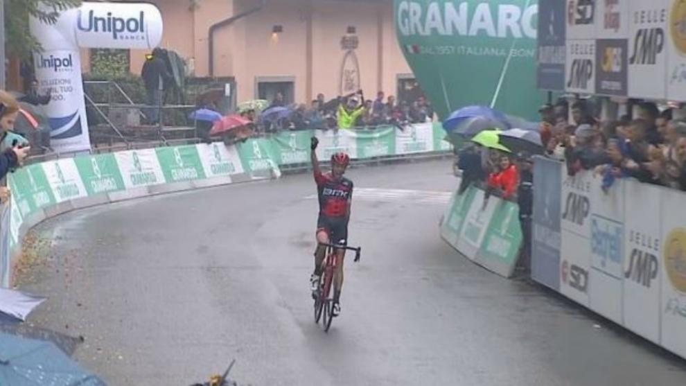 De Marchi levanta el brazo, a punto de cruzar la línea de meta.