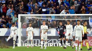 Los jugadores del Real Madrid, tras el gol recibido.