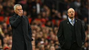 Mourinho y Rafa Benítez durante el encuentro en Old Trafford