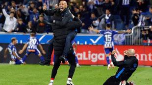 Abelardo celebra el gol de Manu García.