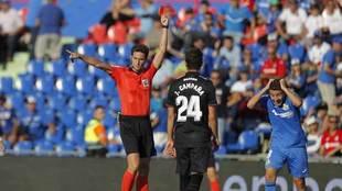 Munuera Montero muestra la roja a Portillo.