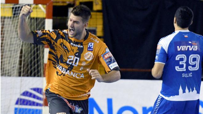 El lateral izquierdo serbio Mosic celebra un gol con el Ademar  /