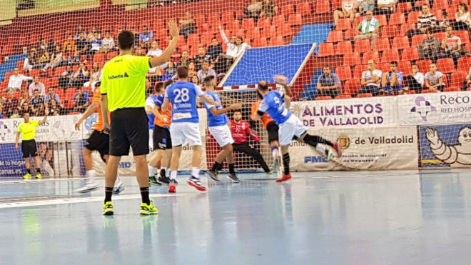 Un momento del partido entre el Atl. Valladolid y el Benidorm