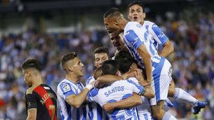 Los jugadores del Leganés, celebrando el gol de Carrillo.