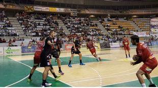Un momento del partido entre el Huesca y el Logroño