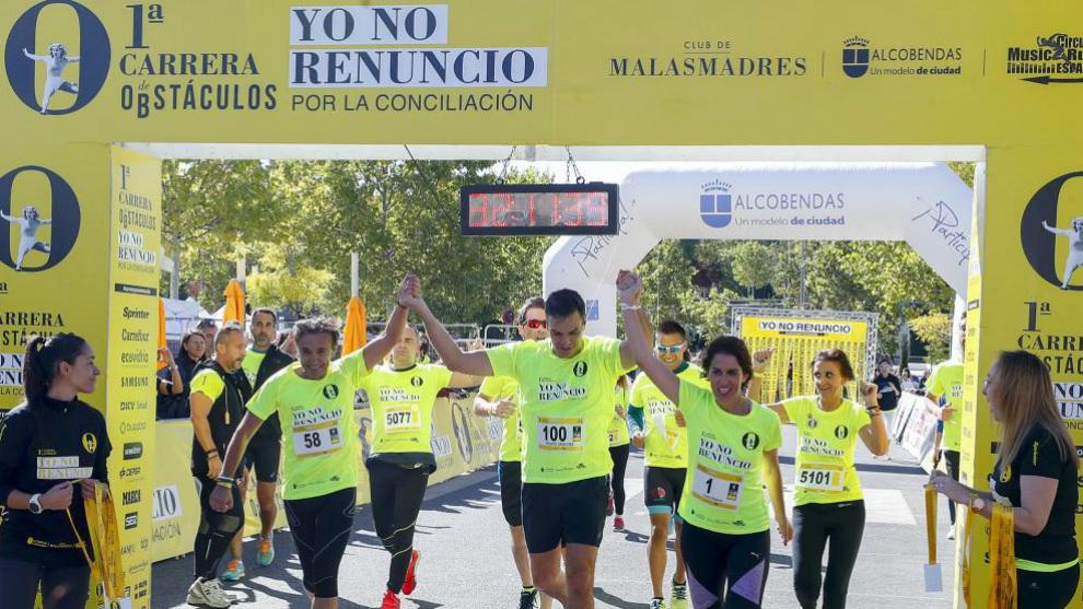 Pedro Sánchez cruza la meta de la mano de Laura Baena y José...