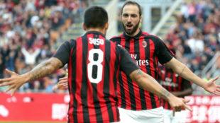 Suso e Higuaín celebran uno de los goles del Milan al Chievo