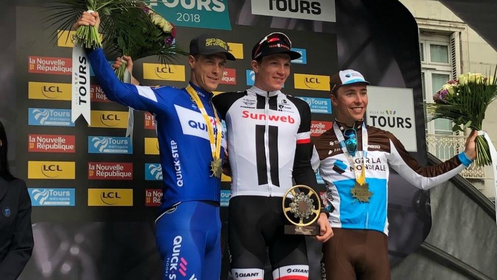 Podio de la París-Tour, con el vencedor Kragh Andersen sujetando el...