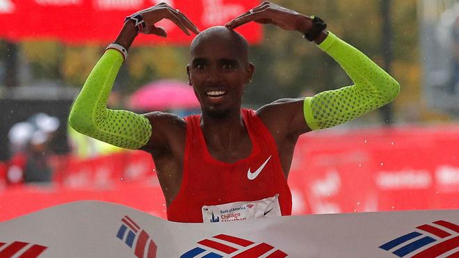 Mo Farah cruza la meta en el maratón de Chicago