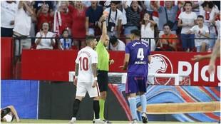 Araujo, en el momento de ser expulsado contra el Sevilla.