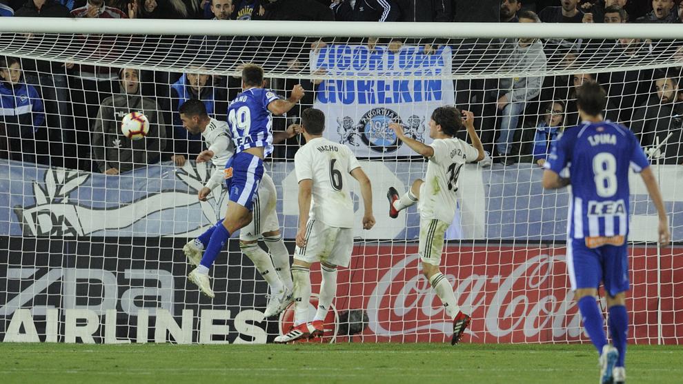 Barcelona - Real Madrid khủng hoảng: Ai đáng lo hơn?