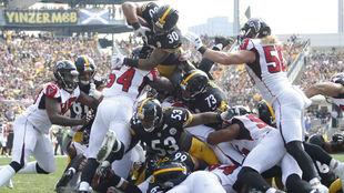 James Conner salta la línea para conseguir un touchdown.