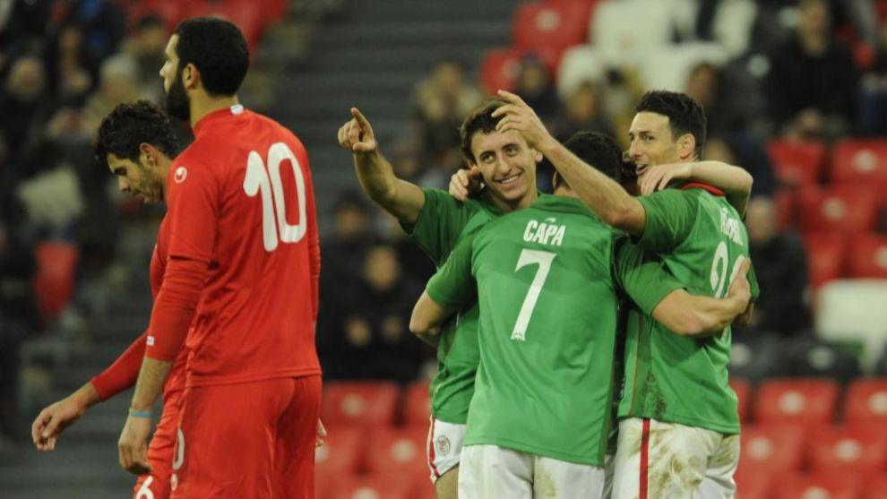 Aduriz, Capa y Oyarzabal celebran un gol de la selección de Euskadi.