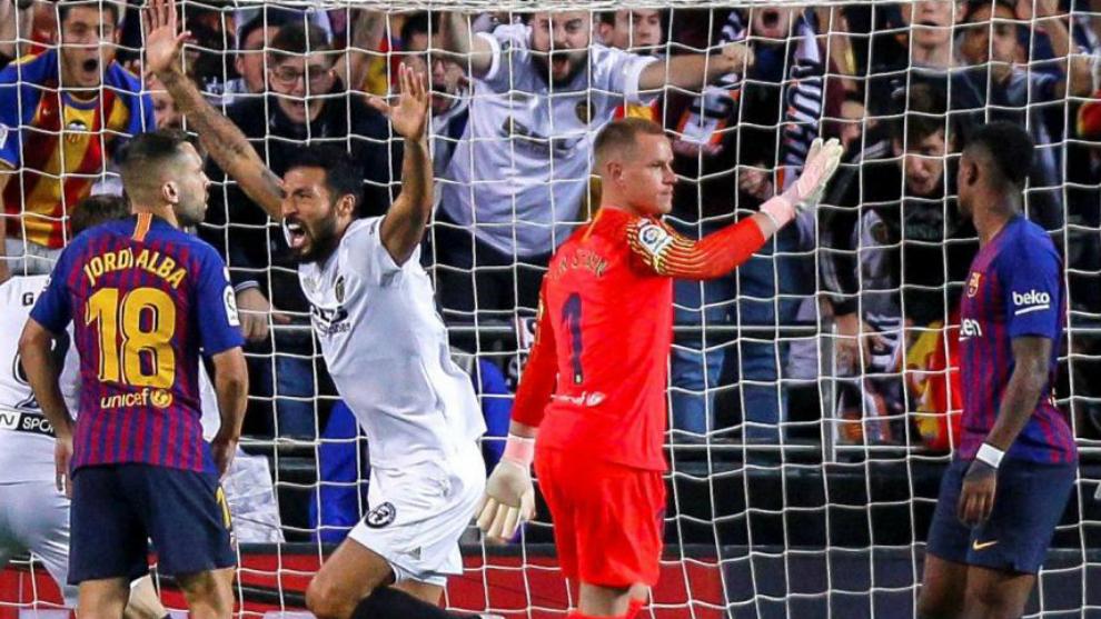 Garay celebra el 1-0 del Valencia en Mestalla frente al Barcelona.
