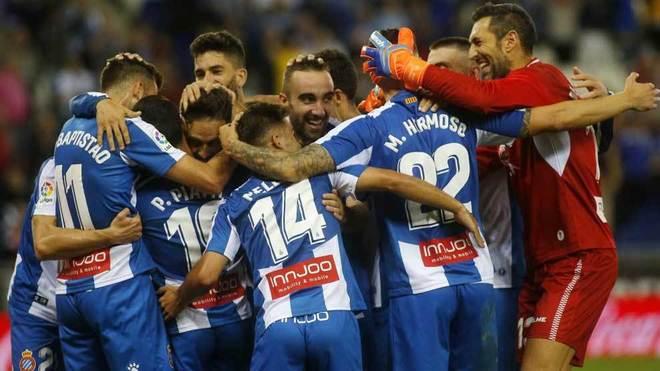 Los jugadores del Espanyol celebran la victoria ante el Villarreal.