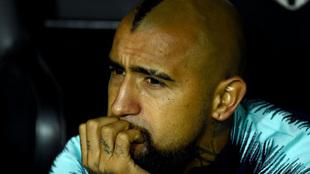 Arturo Vidal en el banquillo de Mestalla