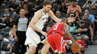 Pau Gasol intenta frenar el avance de Chris Paul
