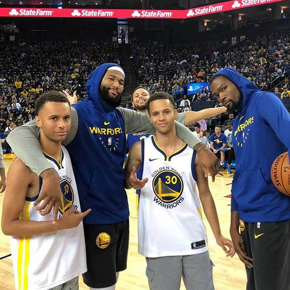 DeMarcus Cousins y Kevin Durant posando junto a los dos dobles de...