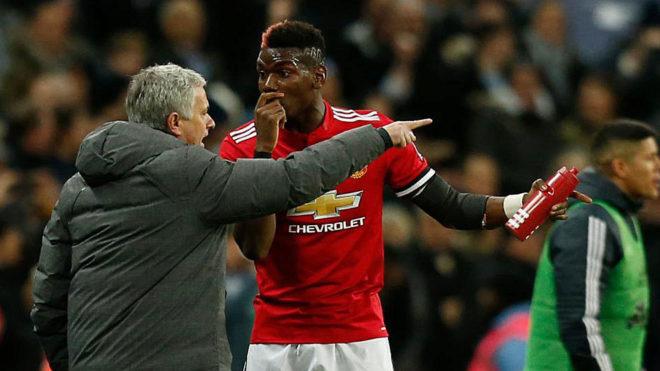 Mourinho habla con Pogba en un partido del Manchester United.
