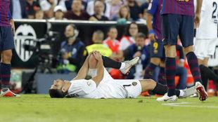 Guedes se lamenta tras lesionarse en Mestalla.