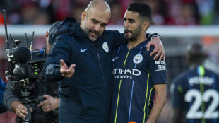 Guardiola habla con Mahrez al final del Liverpool-Manchester City.