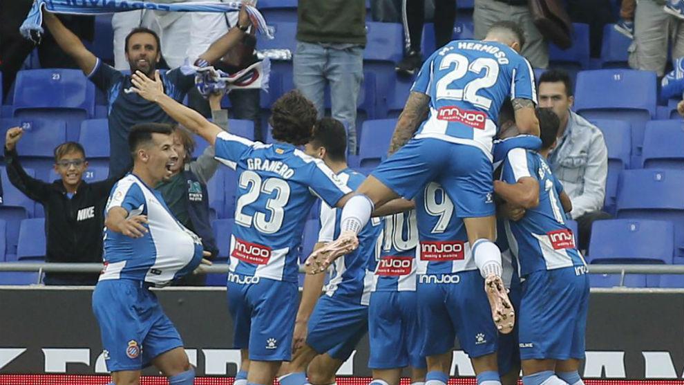 Los jugadores del Espanyol festejan el gol de Hernán contra el...