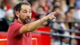 Machín da instricciones a sus jugadores en el Sevilla-Celta.