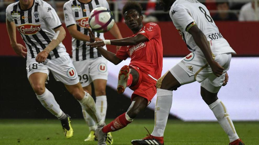 Jules Keita, del Dijon, dispara fuera contra el Angers.