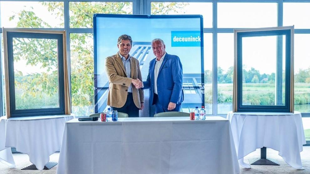 Francis Van Eeckhout, CEO de Deceuninck, junto al director de...