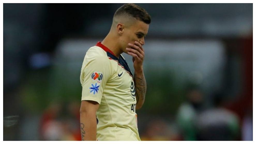 Mateus Uribe se lamenta tras fallar el penalti contra Chivas