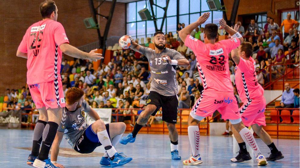 Thiago Alves lanza a portería ante el Sinfín