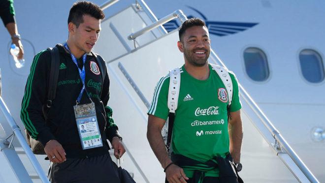 Fabián y Lozano bajan de un avión en Rusia.