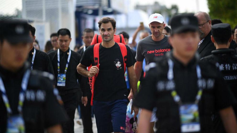 Federer se dirige a su entrenamiento rodeado de seguridad