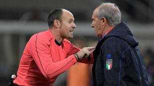 Mateu Lahoz advierte a Gian Piero Ventura.