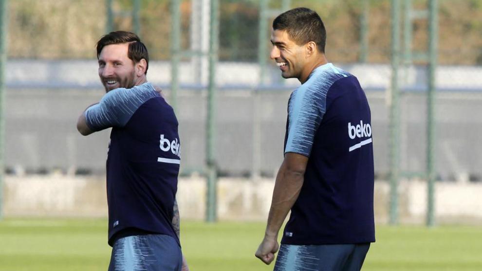 Messi sonríe con Suárez en un entrenamiento.