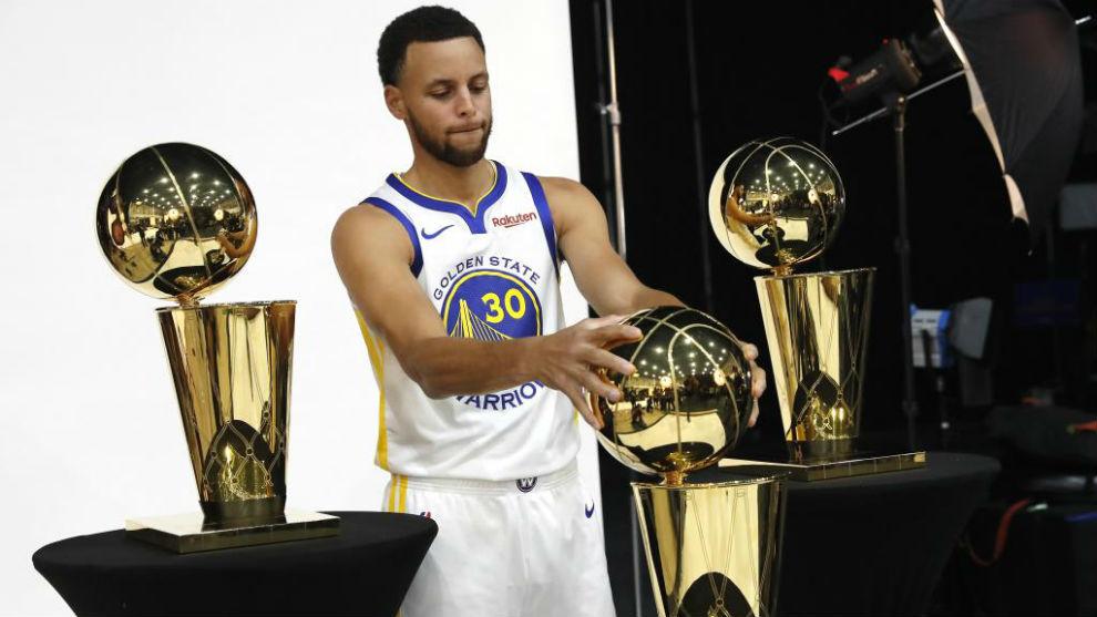 Stephen Curry posa con sus tres campeonatos de la NBA