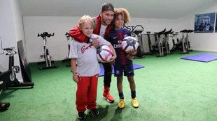 Neymar, posando con su hijo (derecha) y con Rudy (izquierda)