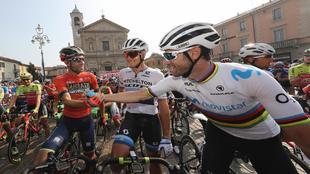 Vincenzo Nibali saluda al español en el día de su estreno...