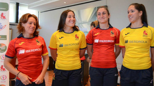 Las jugadoras de la selección española exhiben sus camisetas,...