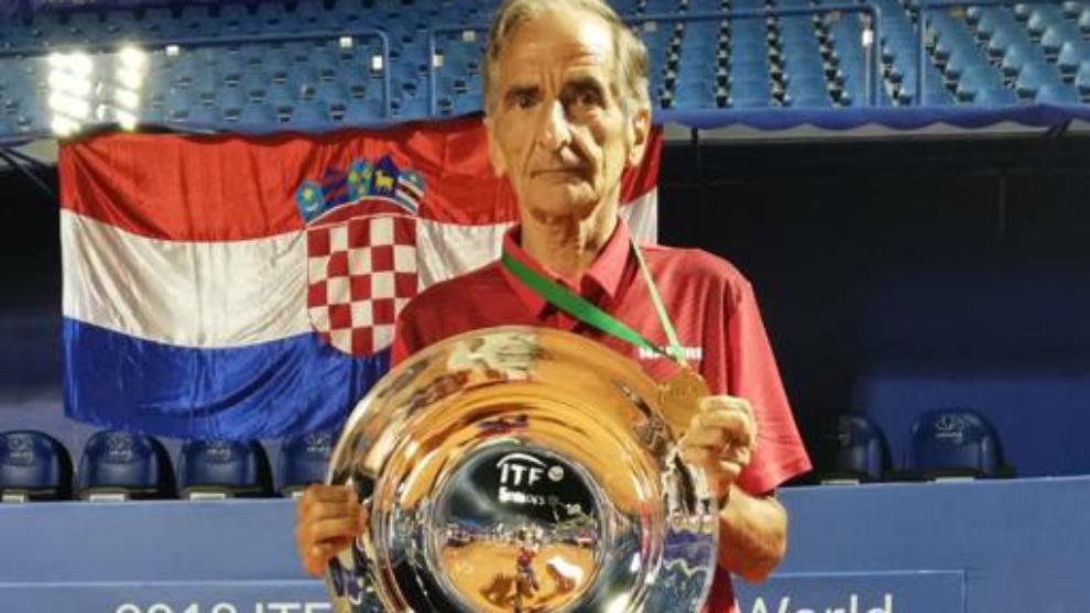 Jorge Camiña, con el torneo que le acredita como campeón del Mundi