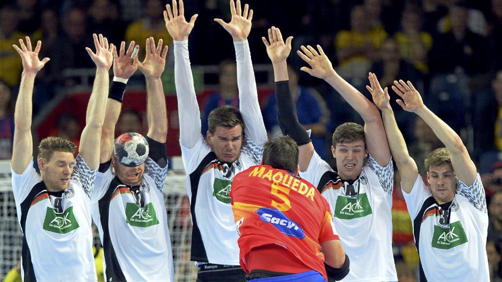 Dissinger, segundo por la derecha, en el partido contra España de la...